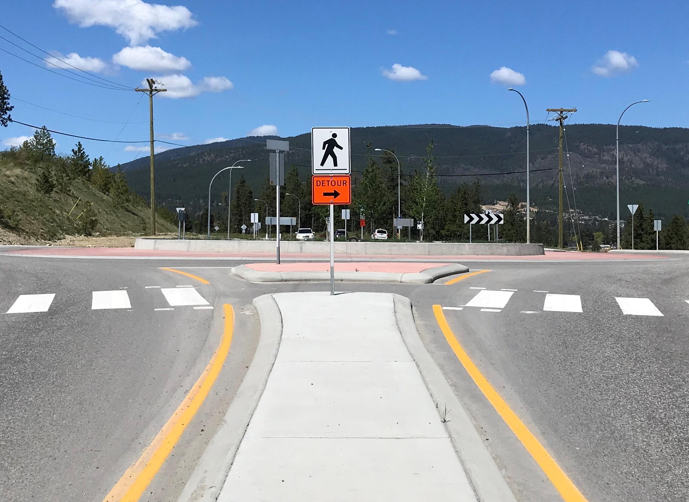 Detour signs on Glenrosa Road